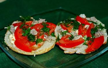 Бутерброды с куриным мясом и помидора...
