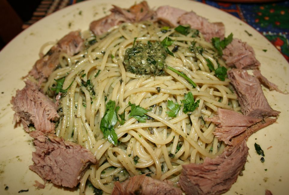Спагетти с отварной телятиной и Песто...