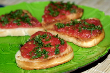 Хлебные тосты с помидорами и чесноком...
