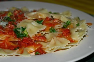 Фарфалле с соусом из томатов и сервел...