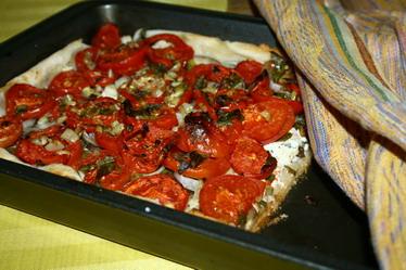 Пирог из слоеного теста с помидорами ...